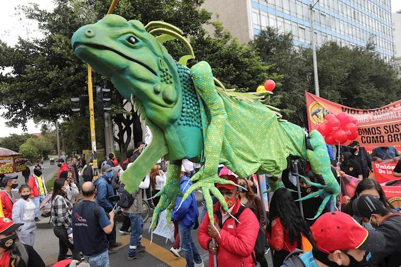 A este paro se le une, en Bogotá, la marcha de la minga indígena, que llegó a la capital colombiana el pasado domingo.