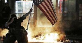 Los enfrentamientos en Filadelfia han dejadopatrulleros policiales incendiados ypropiedades destruidas.