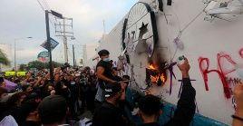Dos nuevos femenicidios detonaron la protesta del lunes en Cancún, en la que varios grupos de mujeres marcharon por la ciudad y fueron reprimidas por las fuerzas policiales.
