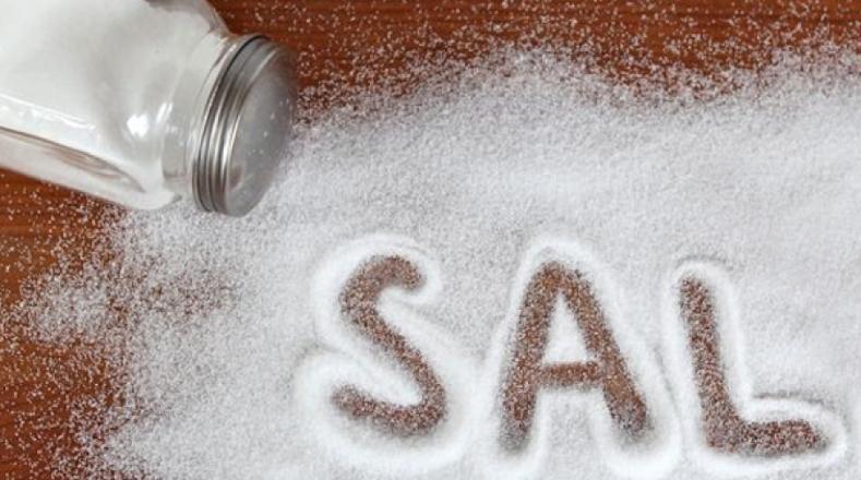 Sal. Los productos ricos en sodio pueden provocar algunas afecciones como la hipertensión, por lo tanto debe evitarse su alto consumo entre los menores de edad.