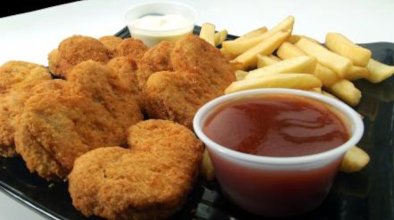 Nuggets. Si se consumen en cantidades elevadas, pueden resultar perjudiciales debido a que este tipo de alimentos son mucho más propensos a contener todo tipo de aditivos y rellenos, de acuerdo con investigaciones científicas.