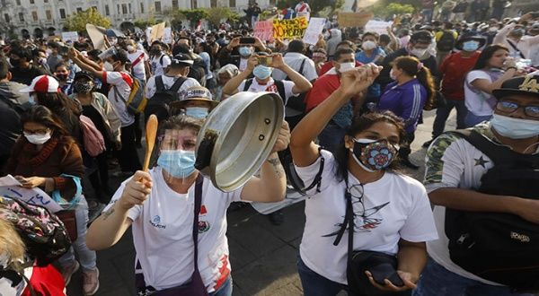 Peruanos son reprimidos frente a la casa presidencial