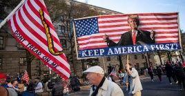 """Los asistentes respondieron con gritos de """"¡USA, USA!"""" y muchos de ellos persiguieron el vehículo presidencial."""