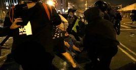 Personas ayudan a un herido durante protesta contra el presidente Manuel Merino.