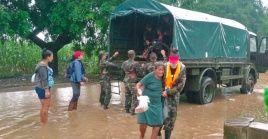 Miembros del Ejército ayudan a evacuar a varias personas a un refugio en el Potosí, ciudad de Rivas, Nicaragua.