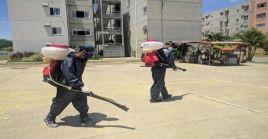 Brigadistas realizan una jornada de desinfección en el municipio venezolano de Tomás Lander, en el estado Miranda.