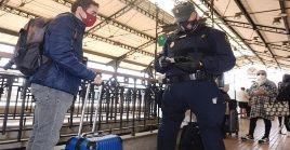 En el control de fronteras las autoridades tomarán la temperatura a los viajeros y podrían ser sometidos a otro examen de Covid-19.
