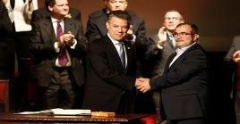 En la tarde del 24 de noviembre de 2016, el jefe de las antiguas FARC-EP, Rodrigo Londoño, y el entonces presidente del país, Juan Manuel Santos, firmaron los Acuerdos de Paz.