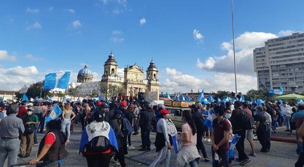 Guatemaltecos protestan contra la corrupción y exigen la renuncia del presidente - teleSUR TV