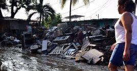 En la imagen de archivo una residente de un poblado hondureño regresa a su casa tras el paso del huracán Iota.