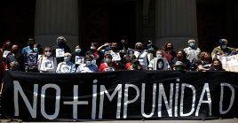 Entre los activistas se encontraban familiares de detenidos, desaparecidos, ejecutados políticos y agrupaciones de derechos humanos.
