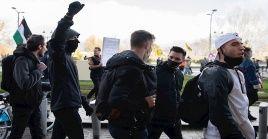 La indignación en Francia por el Artículo 24 y la Ley de seguridad global aumentó luego de que tres policías golpearan a un productor musical afro.