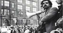 El escritor pakistaní recordó su presencia en las manifestaciones contra la guerra en Vietnam.