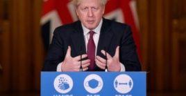 En rueda de prensa, el primer ministro Boris Johnson indicó que la nueva variante de Covid-19 se transmite a mayor velocidad.