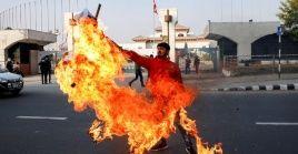 Manifestantes protestan contra la disolución del Parlamento en Katmandú, Nepal, este domingo.
