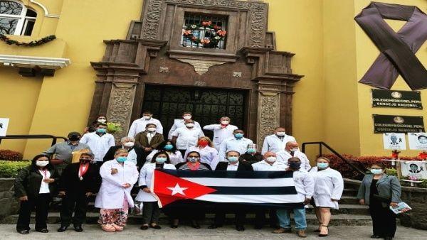 El acto de despedida se realizó en el frontis del Colegio Médico de Perú.