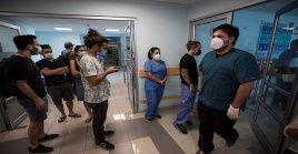 Por otra parte sigue en marcha el proceso de vacunación en el país suramericano que comenzó este jueves, y solamente en la pasada jornada fueron vacunados 420 profesionales de la salud.