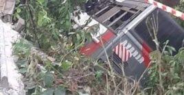 El conductor del autobús de una compañía de viajes con 70 asientos habría perdido el control antes de caer al barranco.