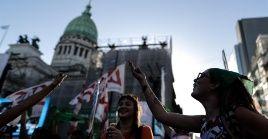 Afuera del Congreso movimientos feministas y de mujeres en vigilia por el aborto legal