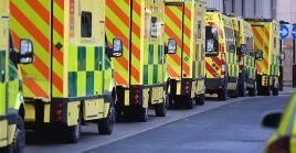 Las filas de ambulancias frente a los hospitales británicos se han incrementado en los últimas semanas debido a la pandemia de la Covid-19.