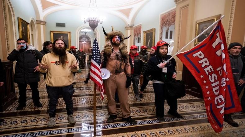 Tras ingresar al recinto, los manifestantes se aglomeraron en los pasillos del Congreso con banderas y gritos violentos en apoyo al presidente saliente.