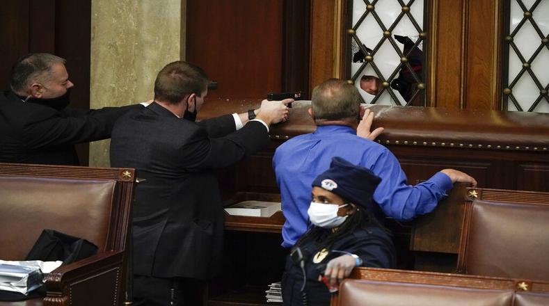 Entre armas y barricadas improvisadas, legisladores se refugiaron en las oficinas mientras los insurrectos se mantenían en los pasillos del órgano.