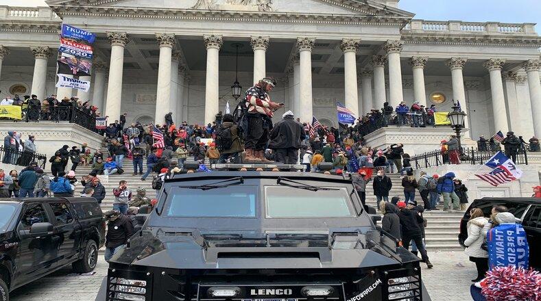 Concentrados desde la mañana a las afueras del Capitolio, los seguidores de Donald Trump iniciaron el desarrollo de lo que se convirtió en un motín de republicanos dentro del Congreso.