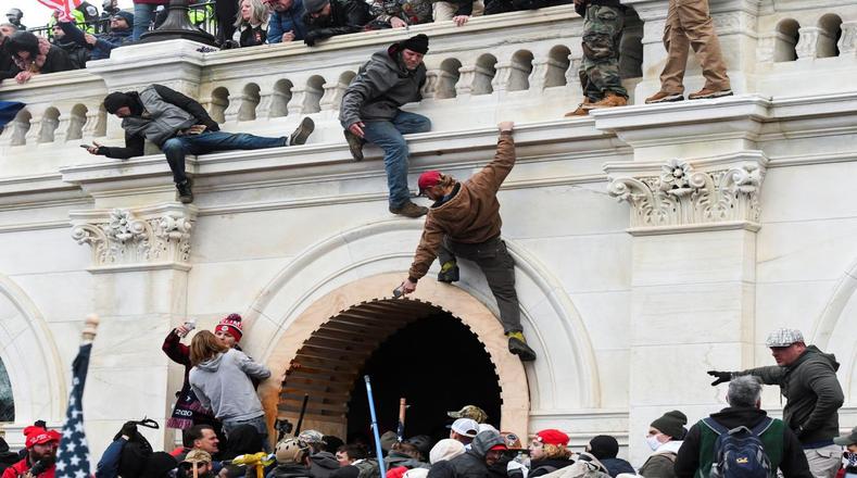 En una ola descontrolada de violencia, fueron cruzadas barricadas y escaladas las paredes del Capitolio en Washington D.C., para interrumpir la sesión de certificación del nuevo presidente.