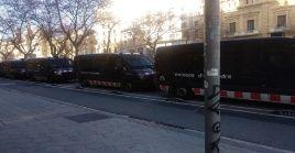 Un amplio despliegue policial se desplegó para contener la pacífica manifestación antifascista.