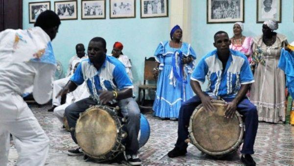 """Es el """"minuet"""" y el """"rigodón"""", entre otros bailes de la aristocracia francesa, transfigurados por los instrumentos de origen africano y pasados por el ardiente ritmo de la sangre cubana."""
