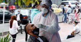 Personal médico toma muestras de la Covid-19 este jueves en Bogotá, Colombia.