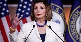 Nancy Pelosi precisó que la resolución prohíbe inmediatamente las separaciones involuntarias.