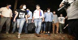 Al momento de su entrega, el opositor Efraín Alegre estuvo acompañado de familiares y cientos de simpatizantes.