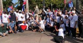 Los participantes de la caravana rindieron homenaje a José Martí en el 168 aniversario de su natalicio.