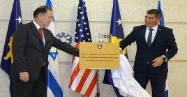 El canciller israelí, Gabi Ashkenazi y el embajador de Estados Unidos en Kosovo, Philip S. Kosnett develaron la placa que estará en la fachada de la embajada hebrea en Kosovo.