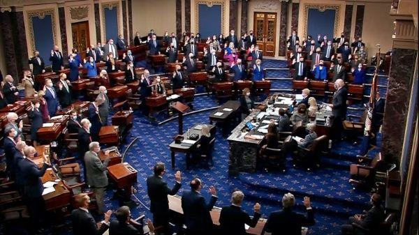 El Senado, según la Constitución de EE.UU., es el encargado de juzgar, convertido en tribunal, al presidente de la nación.