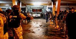 Ambulancias trasladan los cuerpos de los seis presos a la morgue judicial de la capital paraguaya.
