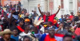 """Los manifestantes lanzaron consignas contra el Ejecutivo, que consideran es un """"Gobierno de facto""""."""