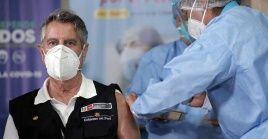 El escándalo de la vacunación clandestina en Perú llevo a la renuncia de la ministra de salus y otros funcionarios del gobierno.