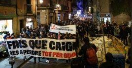 """""""Hasta que caigan"""" (Fins que caiguin en catalán) es un de los lemas esgrimidos por los movilizados este sábado."""