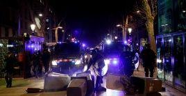 Efectivos de la Policía catalana patrullan las calles tras las protestas ocurridas el sábado en la ciudad de Barcelona.
