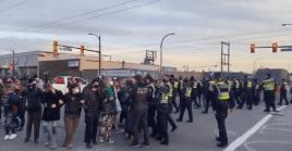 Pese a la resistencia de los manifestantes, los policías trataron de contener a los movilizados, obligándolos a abandonar el sitio.