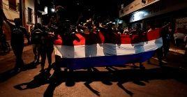 Los manifestantes portaban pancartas y lanzaron consignas pidiendo la renuncia del presidente, del vicepresidente y de todo el Gabinete de Gobierno.
