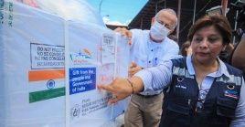 La ministra de Salud, Martha Reyes fue la encargada de recibir el lote de 200 mil dosis de la vacuna Covishield procedentes de India.