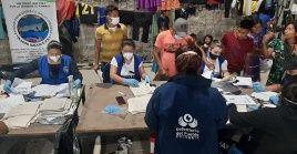 Personal de la Defensoría colombiana atiende a un grupo de indígenas desplazados del departamento de Chocó.