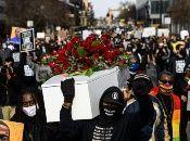 En Minneapolis miles de personas marcharon detrás de un ataúd blanco cubierto de rosas rojas para exigir justicia por la muerte de George Floyd.