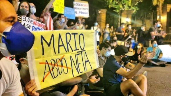 La renuncia del presidente Mario Abdo es el principal reclamo por parte de los manifestantes, en medio de acusaciones de corrupción.