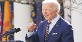 El Centro de Investigación Pew expuso además que el 59 porciento de los estadounidenses blancos con un título universitario aprueban a Joe Biden.
