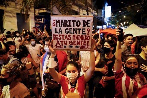 Los manifestantes, en su mayoría jóvenes, portaban banderas paraguayas y carteles con frases que denunciabanel mal manejo de la pandemia.