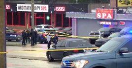Policías realizan las investigaciones en los spa para determinar las razones del tiroteo.